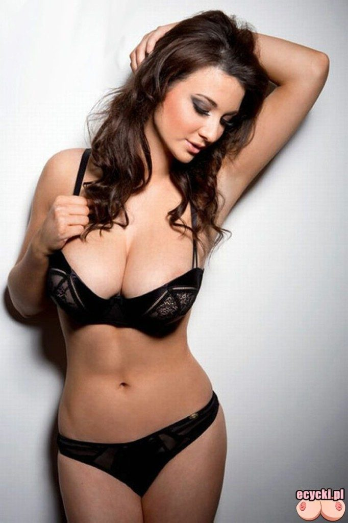02. cycata modelka ladna zgrabna laska dziewczyna duze piersi w bieliznie w majtkach sexy girl lingerie big natural breast busty chicks 682x1024 - Joey Fisher - cycki tygodnia: