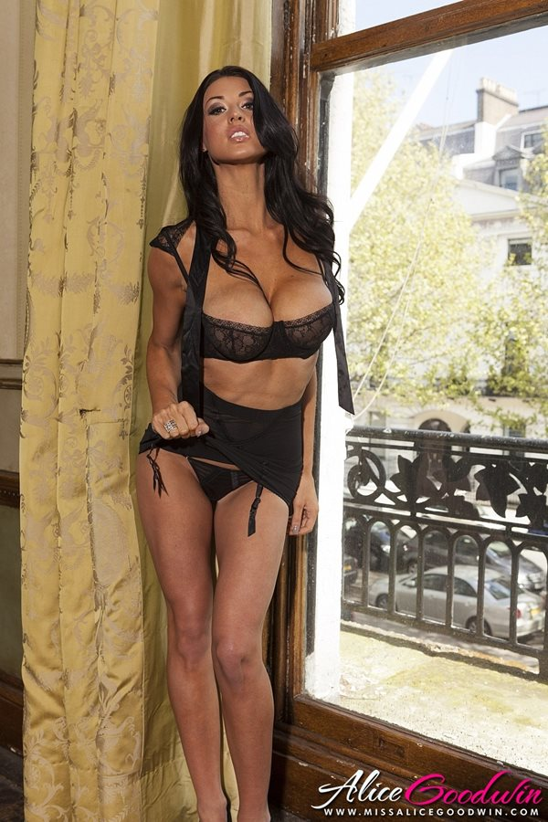 04. seksowna modelka duze cycki czarna bielizna dlugie zgrabne nogi brunetka opalona laska Sexy Black Lingerie hot girl big tits show boobs breast - Alice Goodwin - cycata laska w sexy sesji: