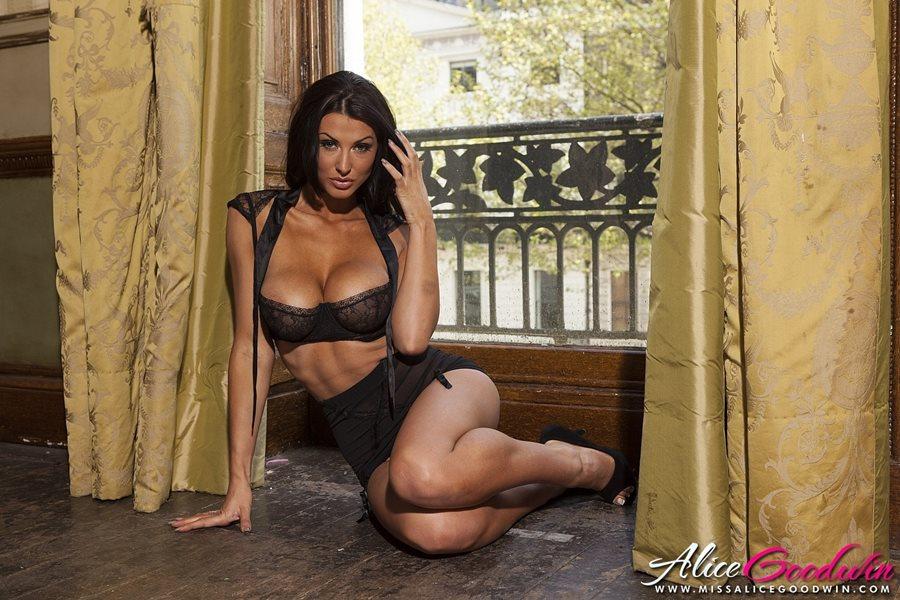 07. Alice Goodwin seksowna cycata modelka duze cycki czarna bielizna dlugie zgrabne nogi brunetka opalona laska Sexy Black Lingerie hot girl big tits show boobs breast - Alice Goodwin - cycata laska w sexy sesji: