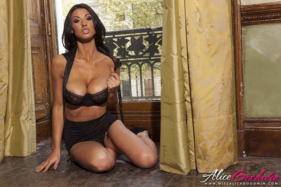 08. Alice Goodwin seksowna cycata modelka duze cycki czarna bielizna dlugie zgrabne nogi brunetka opalona laska Sexy Black Lingerie hot girl big tits show boobs breast - Alice Goodwin - cycata laska w sexy sesji:
