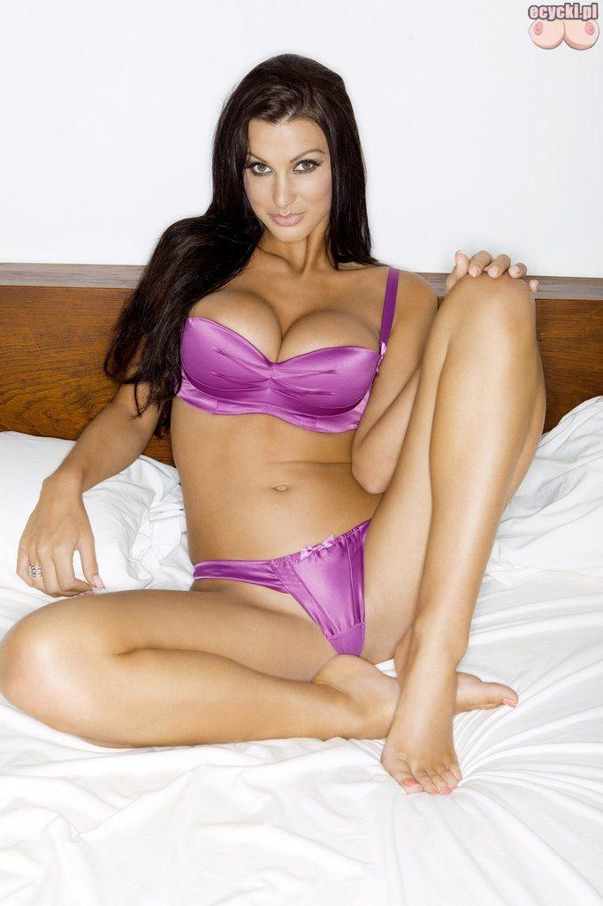 02. seksowna modelka laska dziewczyna w lozku duze piersi bielizna opalona laska dlugie nogi SexyLingerie hot girl big breast in bed 682x1024 - Alice Goodwin cycki miesiąca - listopad 2015: