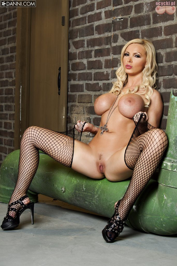 018. Nikki Benz gwiazda porno seksowna laska duze nagie cycki piersi biust nago ponczochy sexy cycata dziewczyna hot busty blondie girl black stocking big boobs porn star nude 683x1024 - Nikki Benz i jej duże cycki w sexy galerii:
