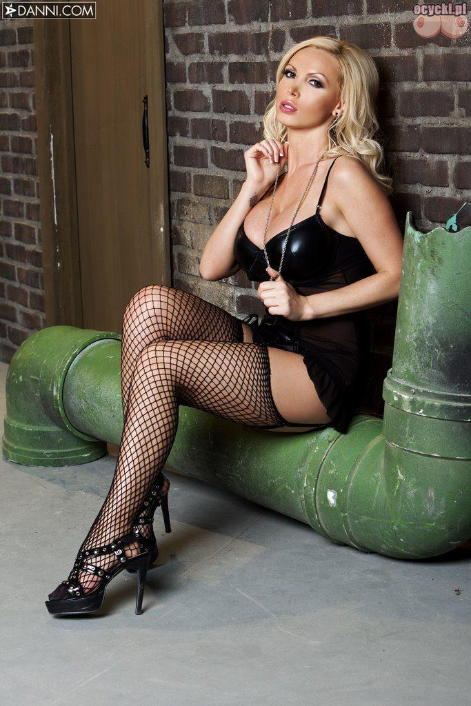 04. seksowna laska blondyna w czarnym gorsecie czarne ponczochy dlugie nogi sexy cycata dziewczyna hot busty blondie girl black bodystocking 683x1024 - Nikki Benz i jej duże cycki w sexy galerii: