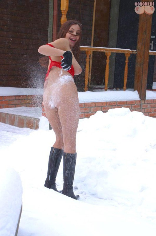 13. rosyjskie dziewczyny na sniegu morsy - Cycki na śniegu - ładna cycata laska rozbiera się na śniegu: