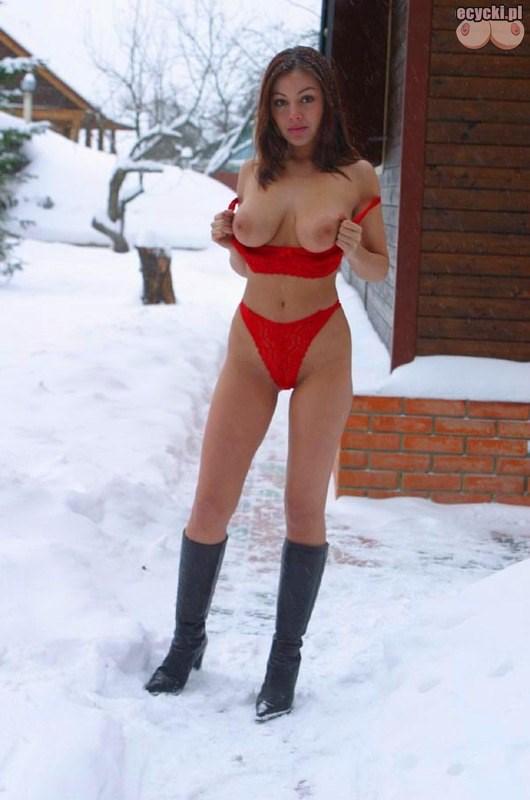 5. cycki na sniegu rosyjska dziewczyna cycata laska amatorka nago zima rozbiera sie na sniegu duze nagie cycki piersi winter boobs tits snow amateur - Cycki na śniegu - ładna cycata laska rozbiera się na śniegu: