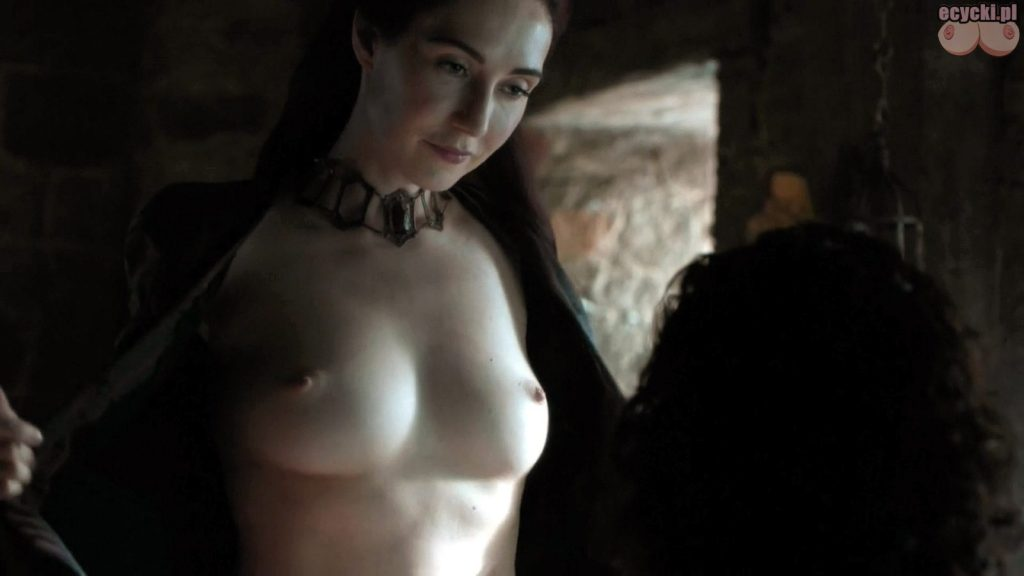 01. gra o tron Carice van Houten jako Melisandre nagie piersi pokazuje cycki nago boobs tits nude breast game of thrones 1024x576 - Gra o Tron – nagie sceny z cyckami w roli głównej: