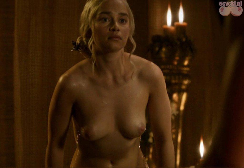 3. gra o tron emilia clarke nago nagie piersi cycki daenerys targaryen boobs nude tits breast 1024x705 - Gra o Tron – nagie sceny z cyckami w roli głównej: