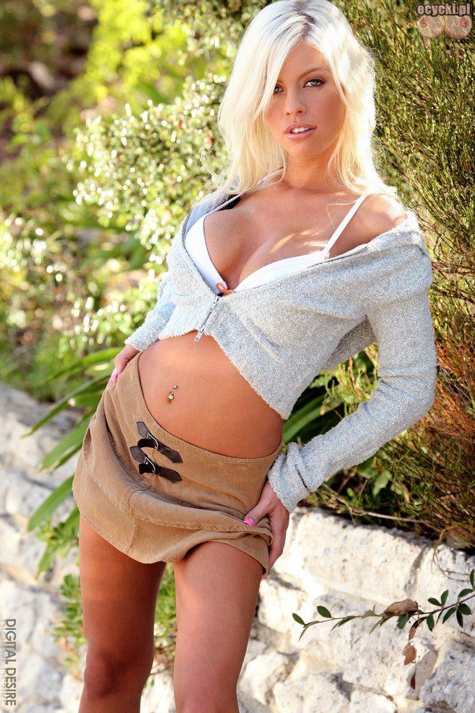01. studentka na wakacjach goroce lato blondynka fajna dziewczyna foto 683x1024 - Britney Amber młoda blondyneczka i jej nagie cycki w galerii: