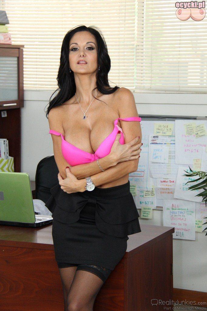 05. Ava Addams - sekretarka rozbiera sie w pracy - duze piersi biust - rozowa bieliza - dojrzala laska striptiz w biurze - big breast in work - pink bra