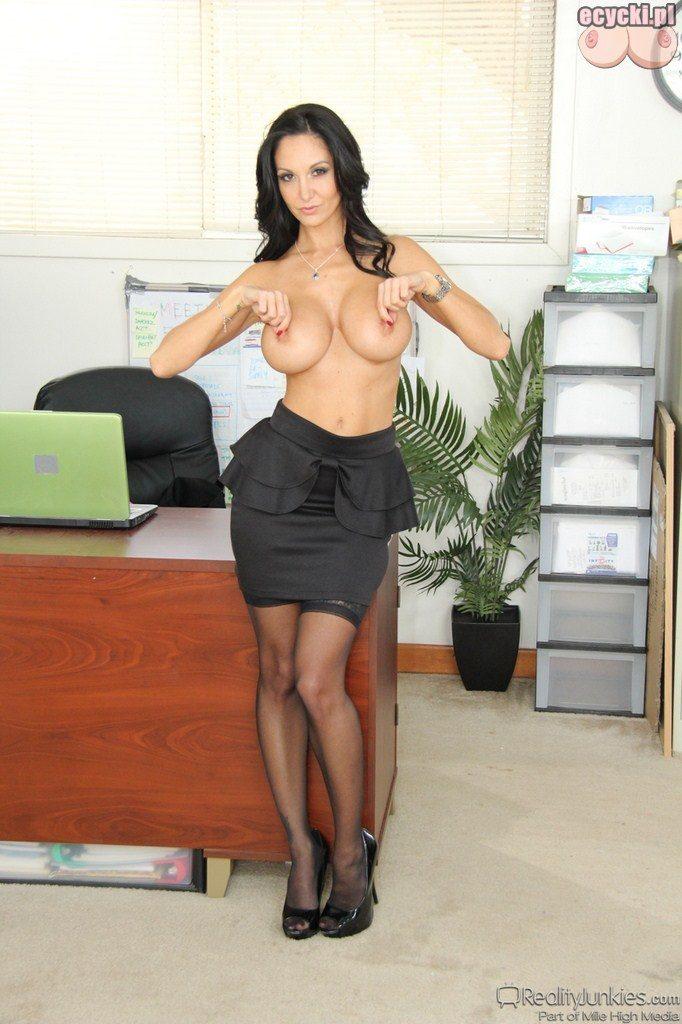 07. striptiz w pracy - laska rozbiera sie w biurze - sekretarka pokazuje piersi biust
