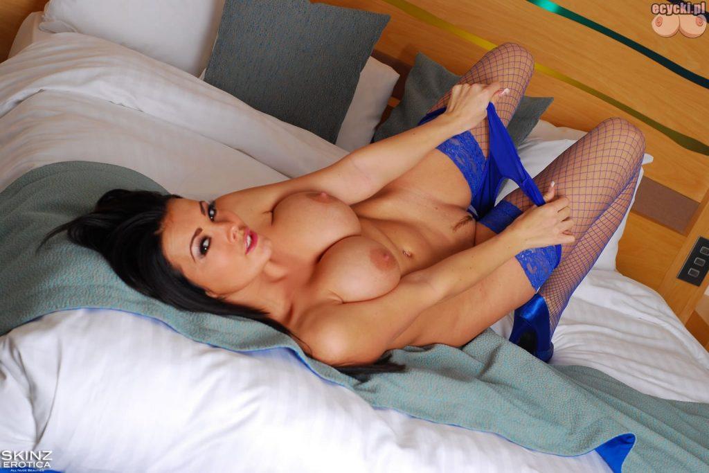 09. Charley Atwell cycatsa modelka erotyczna sciaga majtki w lozku duze nagie cycki nago seksowne ponczochy i bielizna wez mnie napalona dupa 1024x683 - Charley Atwell najlepsze cycki tygodnia: