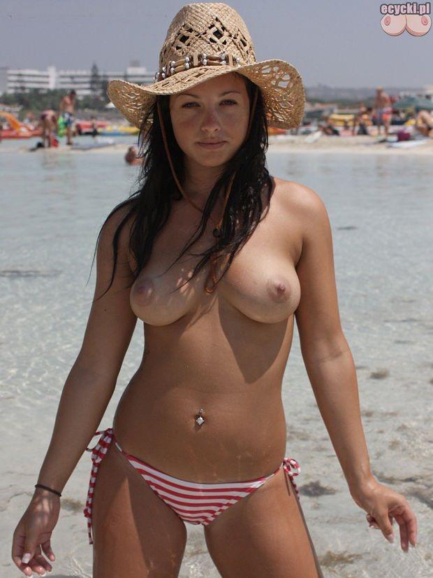 05. Amatorki - cycki w topless - mlode dziewczyny na plazy - nagie piersi nagie biusty nad woda - nagie cycki cyce