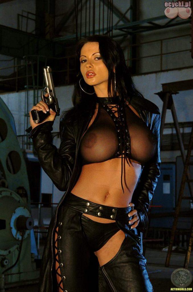 03. napalona biusciasta brunetka z pistoletem skora obcisla przeswitujaca koszulka duze piersi duzy biust 678x1024 - Veronica Zemanova najlepsze cycki tygodnia: