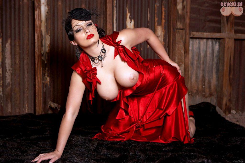 6. wystajace cyce z sukienki - goraca elegancka kobieta i duze naturalne nagie cycki - fotki nago