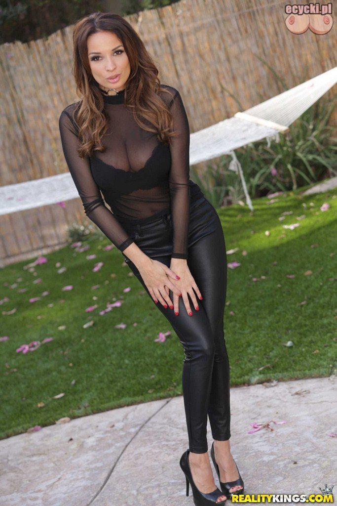 1. seksowna kobieta w obcislych leginsach i przeswitujace bluzce - due piersi - jedrny biust gorace zdjecia