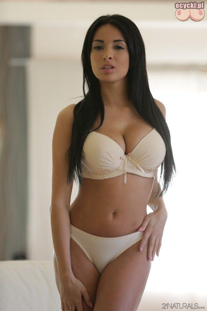 4. pikantna brunetka w biala bielizna w sypialni
