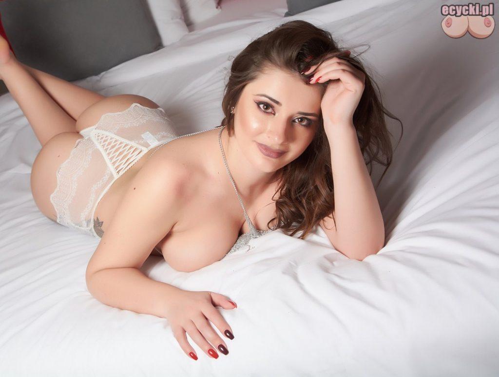 7. Sex kamerki - stripchat - atrakcyjna dziewczyna rozbiera na kamerce internetowej -cycata dupeczka laska Isabella Etthan - ecycki
