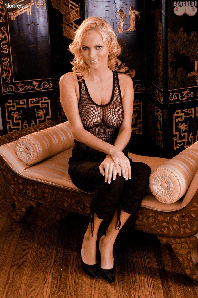 01. Hanna Hilton seksowna blodnynka piersi bez stanika biust bez biustonosza przeswitujaca czarna koszulka top nice blondie breast no bra 681x1024 - Hanna Hilton i jej duże naturalne cycki w gorącej sesji: