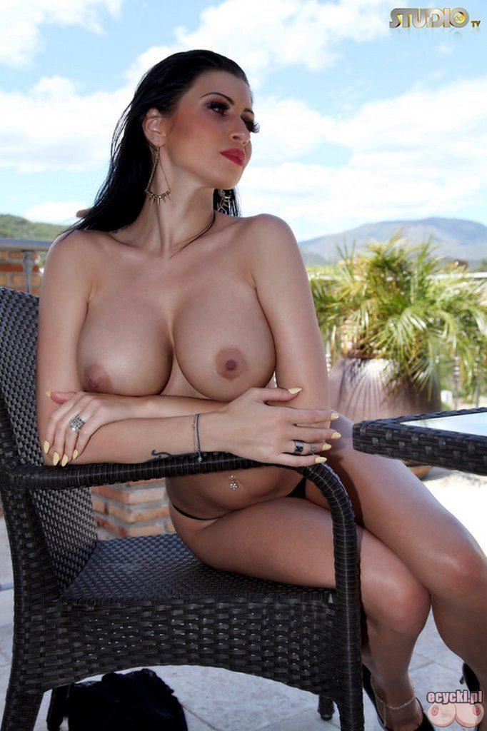 015. Lilly Roma goraca dupa uwodzicielska zmyslowa cycata brunetka sexy laska duze nagie cyce cycki piersi nago biust very hot busty girl big tits nude boobs naked 682x1024 - Lilly Roma i jej duże cycki w sexy sesji: