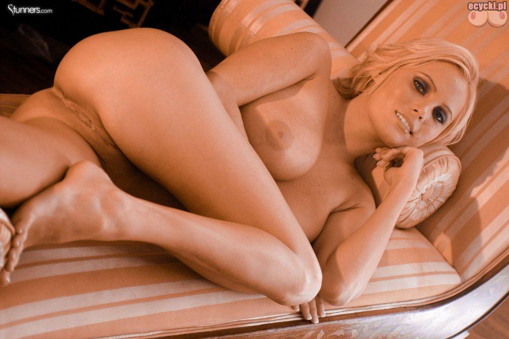 016. Hanna Hilton seksowna blodnynka laska nago cycata dziewczyna pokazuje nagie cycki piersi bez stanika biust nago bez biustonosza nice blondie big natural boobs nude tits naked 1024x681 - Hanna Hilton i jej duże naturalne cycki w gorącej sesji: