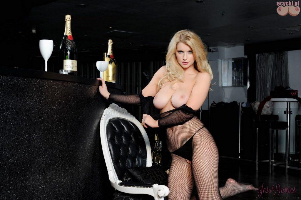 017. sexy piekna mloda cycata laska dziewczyna dupa duze nagie cycki piersi erotyczna bielizna zdjecia hot young blondie girl big natural boobs tits nude 1024x681 - Jess Davies i jej duże naturalne cycki bodystocking: