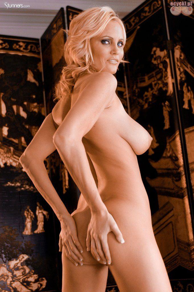019. naga seksowna dupa blodnynka laska cycata dziewczyna nago pokazuje nagie cycki piersi biust nago nice blondie big natural boobs nude tits naked 681x1024 - Hanna Hilton i jej duże naturalne cycki w gorącej sesji: