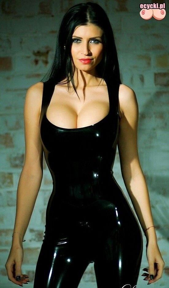 02. Lilly Roma sexy brunetka w obcislym latexie duze piersi laska hot lateks dziewczyna wymarzona - Lilly Roma - cycki tygodnia: