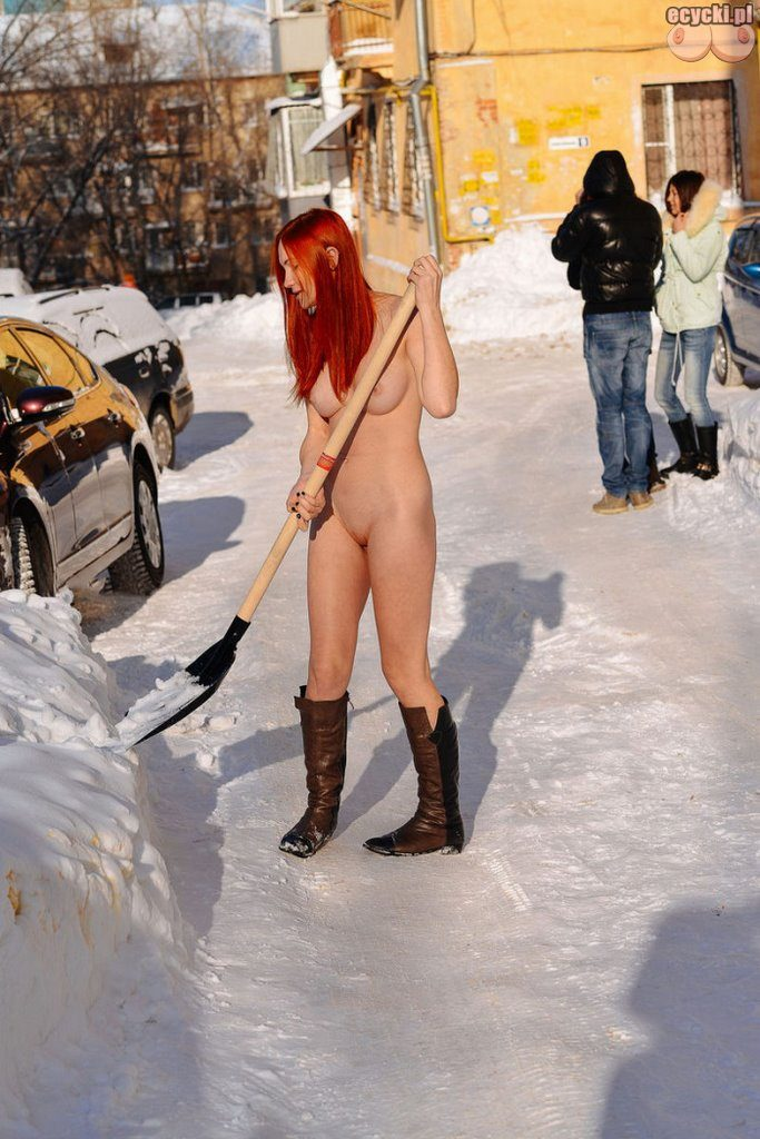 02. laska publicznie nago na ulicy ruda mloda amatorka nago na sniegu zima nagie cycki nago gola dziewczyna red head girl nude public winter tits naked snow boobs nude 683x1024 - Zimowa laska - młoda dziewczyna nago na ulicy:
