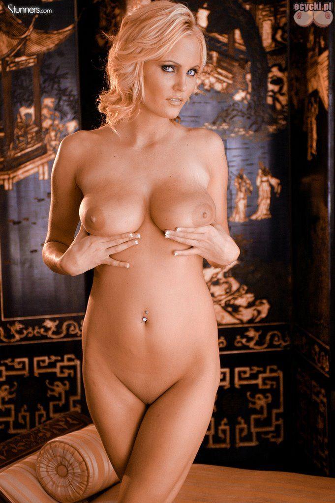 020. gwiazdy porno nago seksowna blodnynka laska cycata dziewczyna pokazuje nagie cycki nice blondie big natural boobs nude tits naked porn stars 681x1024 - Hanna Hilton i jej duże naturalne cycki w gorącej sesji: