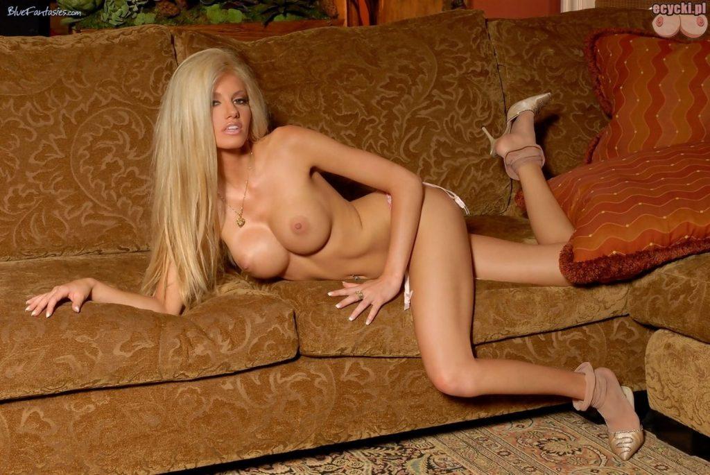 07. piekna usmiechnieta dziewczyna laska w samych majtkach nagie ladne cycki kragle piersi ksztaltny biust beautiful girl tits nude boobs naked lingerie 1024x685 - Ann Poll - cycki tygodnia: