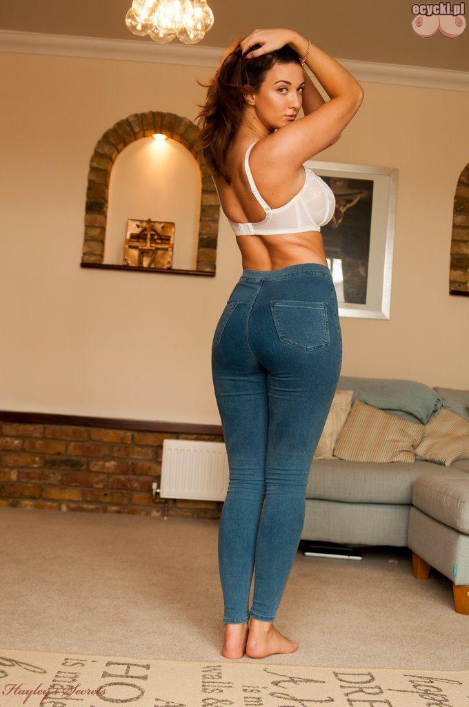 09. sexy dupa galeria laska dziewczyna z wielkimi piersiami sciaga spodnie i w bialym staniku bialy biustonosz striptiz cycata laska rozbiera sie nice ass white lingerie 680x1024 - Joey Fisher pokazuje wielkie nagie cycki w sexy sesji: