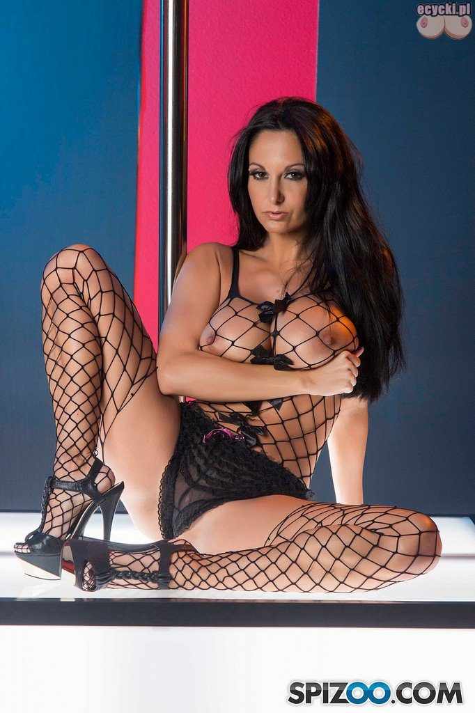 09. w burdelu striptizerka bodystocking sexy brunetka laska cycata kobieta tanczy na rurze taniec erotyczny duze cycki duze piersi hot busty woman sexy stocking big boobs tits 682x1024 - Ava Addams bodystocking sexy sesja: