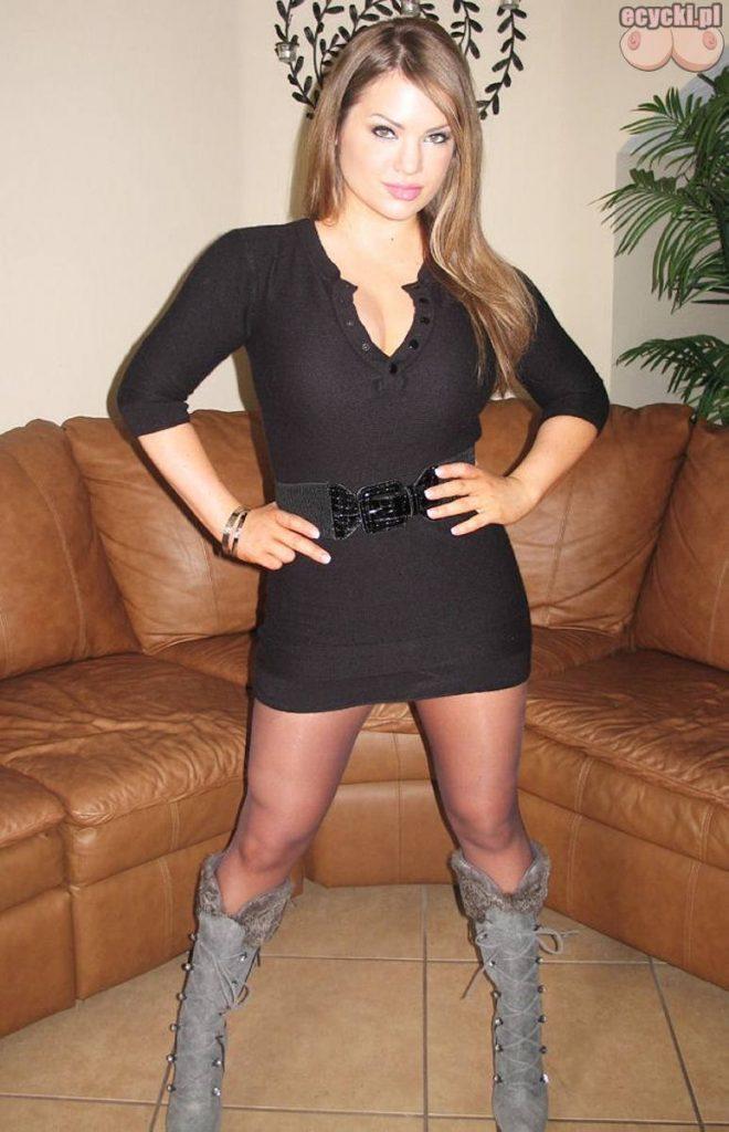 004. dziewczyna w seksownych rajstopach sukienka mini kozaczki kozaki imprezowa dziewczyna amateur girl stocking 660x1024 - Cycata amatorka - seksowna laska, rajstopy i duże cycki w galerii:
