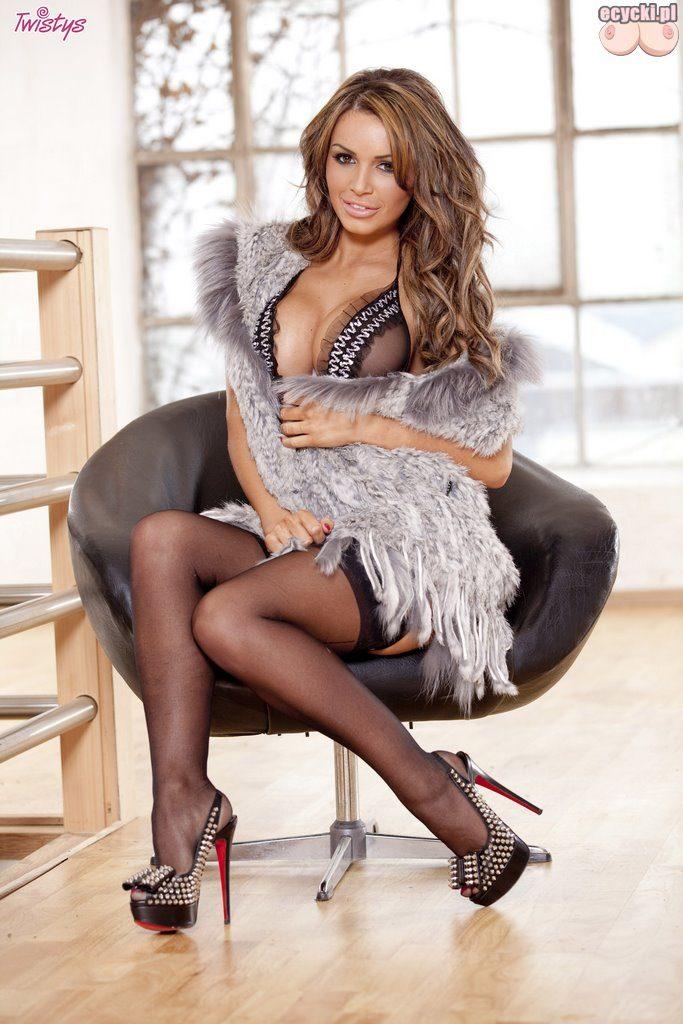 01. sexy laska goraca dziewczyna niunia panna seksi bielizna ponczochy duze piersi biust przeswitujace ubranie 683x1024 - Gemma Massey gorąca brunetka i jej duże cycki w galerii: