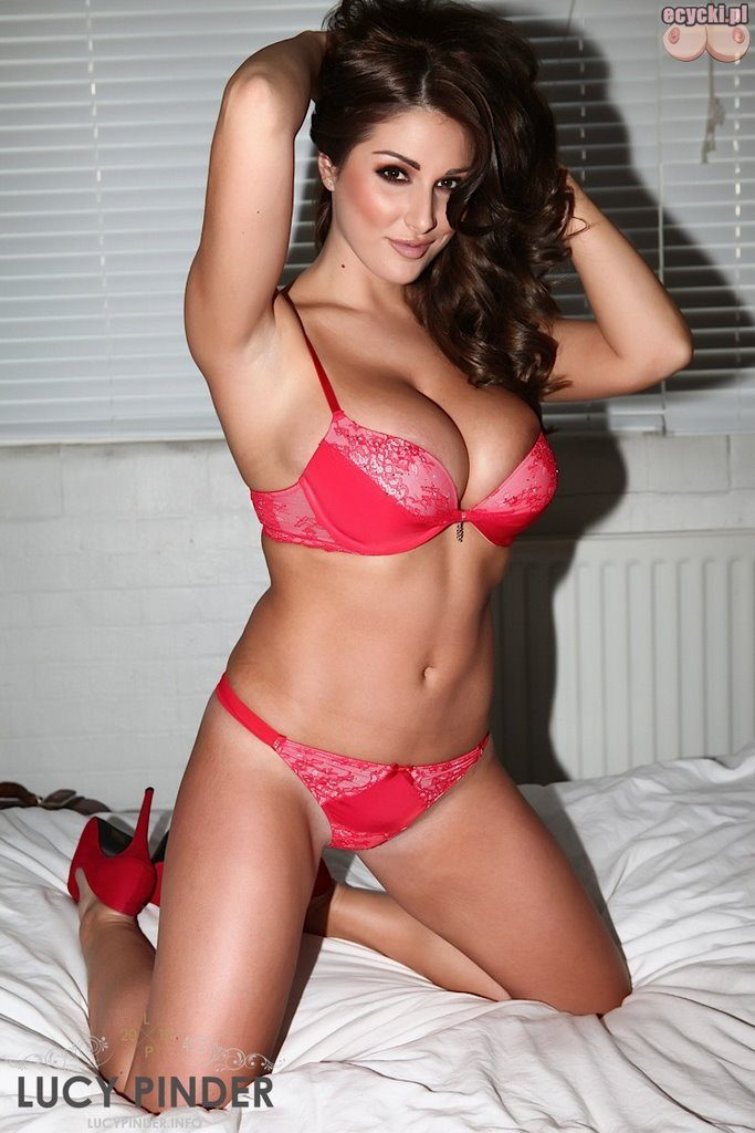 02. Lucy Pinder piekna goraca cycata laska dziewczyna w bieliznie w sypialni w lozku duzy biust piersi hot busty brunette lingerie in bedroom big breast 683x1024 - Lucy Pinder i jej duże nagie cycki w sexy galerii: