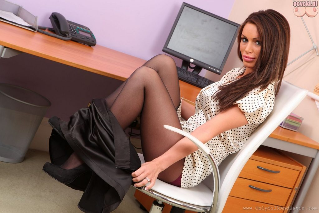 04. mloda sekretarka laska dziewczyna striptiz w biurze deze piersi sexy rajstopy young busty girl in office tights lingerie unwear 1024x683 - Gemma Massey cycata sekretarka w sexy galerii: