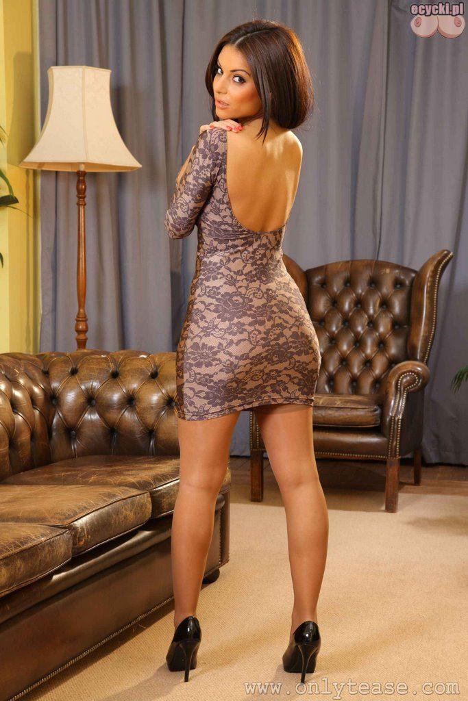 02. mloda ladna zgrabna laska dziewczyna w sukience dlugie fajny tylek wlosy dlugie nogi szpilki na obcasie zdjecia galeria 683x1024 - Charlotte Springer gorąca brunetka i jej naturalne cycki w rozbieranej galerii: