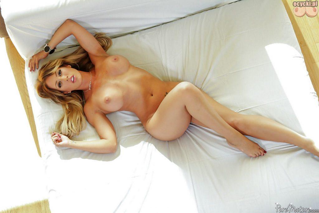 020. Capri Cavanni nago w lozku laska duze nagie piersi nagie cycki dlugie nogi fajna dziewczyna busty girl naked big boobs tits nude in bed 1024x683 - Capri Cavanni - najlepsze cycki miesiąca: