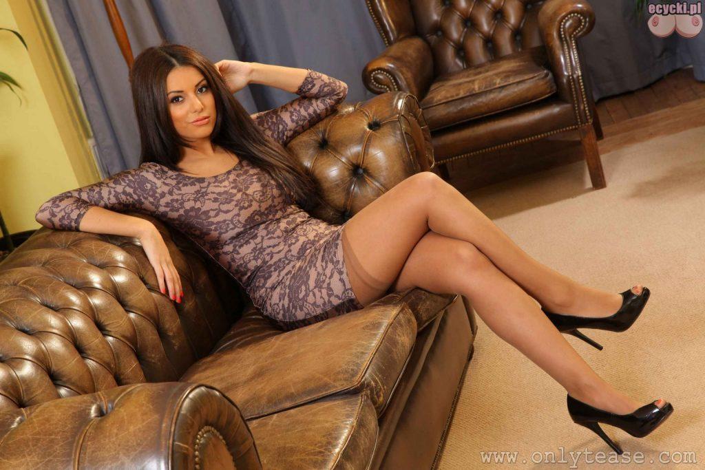 03. mloda laska w seksi ponczochach na kanapie piekna dziewczyna dlugie wlosy obcisla sukienka zgrabne nogi ale nogi piekne nogi obcasy 1024x683 - Charlotte Springer gorąca brunetka i jej naturalne cycki w rozbieranej galerii: