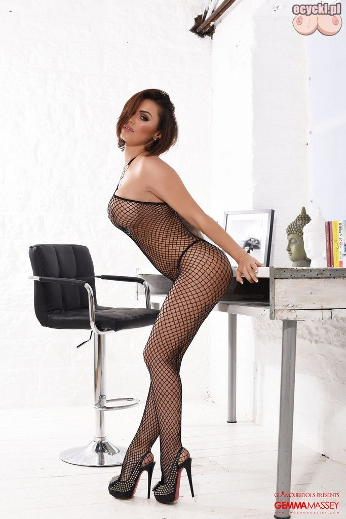 03. Bardzo seksowna bielizna erotyczna, akcentująca kobiece atrybuty, od zmysłowo wydłużonych nóg po uroczo podkreślony biust piersi i posladki