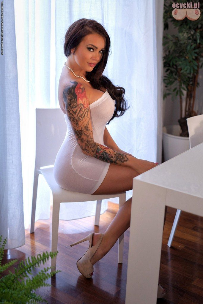03. piekna bogini - seksi dziewczyna w obcislej sukience - duzy biust - duze piersi - zgrabne posladki - elegancka laseczka