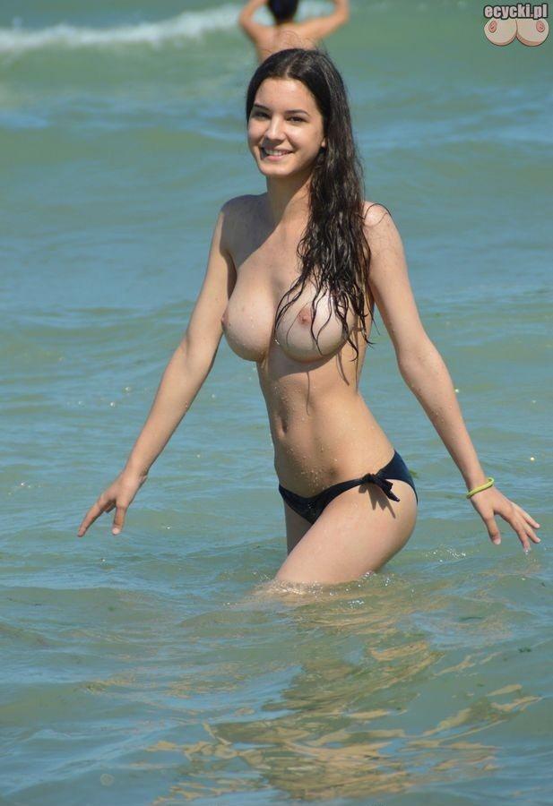 04. Amatorki w topless - cycki w topless - mlode dziewczyny na plazy - nagie piersi nagie biusty nad woda - nagie cycki wesola laska