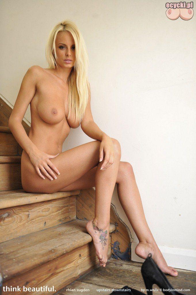 014. Rhian Sugden - piekna zgrabna laska nago - dlugie nogi - duze persi - duzy biust - fajna buzia - wyjatkowe cialo - dupeczka na schodach