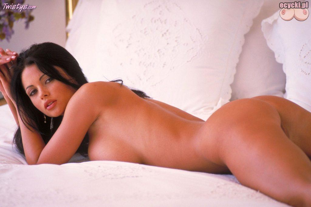 016. sliczna gola brunetka na lozku w sypialni - nagie akty - piekne zgrabne cialo - goraca namietna laseczka