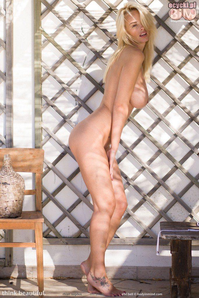 07. gola cycata dziewczyna - zgrabna laska nago - mloda blondynka dupeczka nagie cycki - duze piersi nago