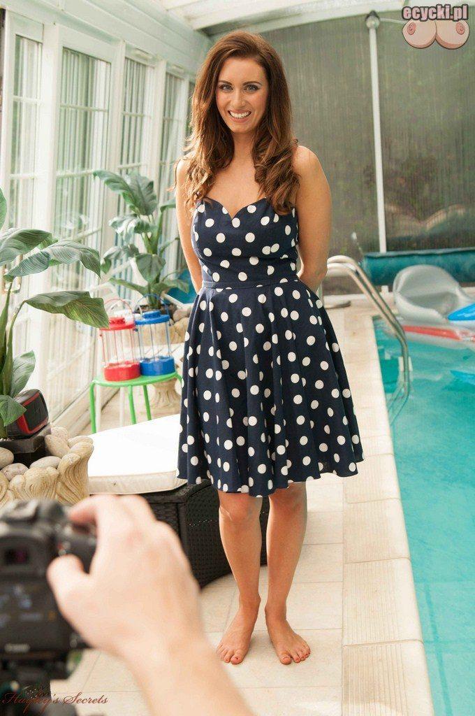 01. sliczna dziewczyna w sukience na basenie