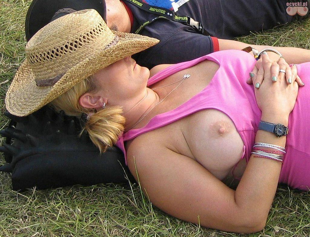 5.wpadki lasek - spiaca kobieta i wystajaca piers - wystajacy cycek na campingu - dorodna piers wypada z podkoszulki