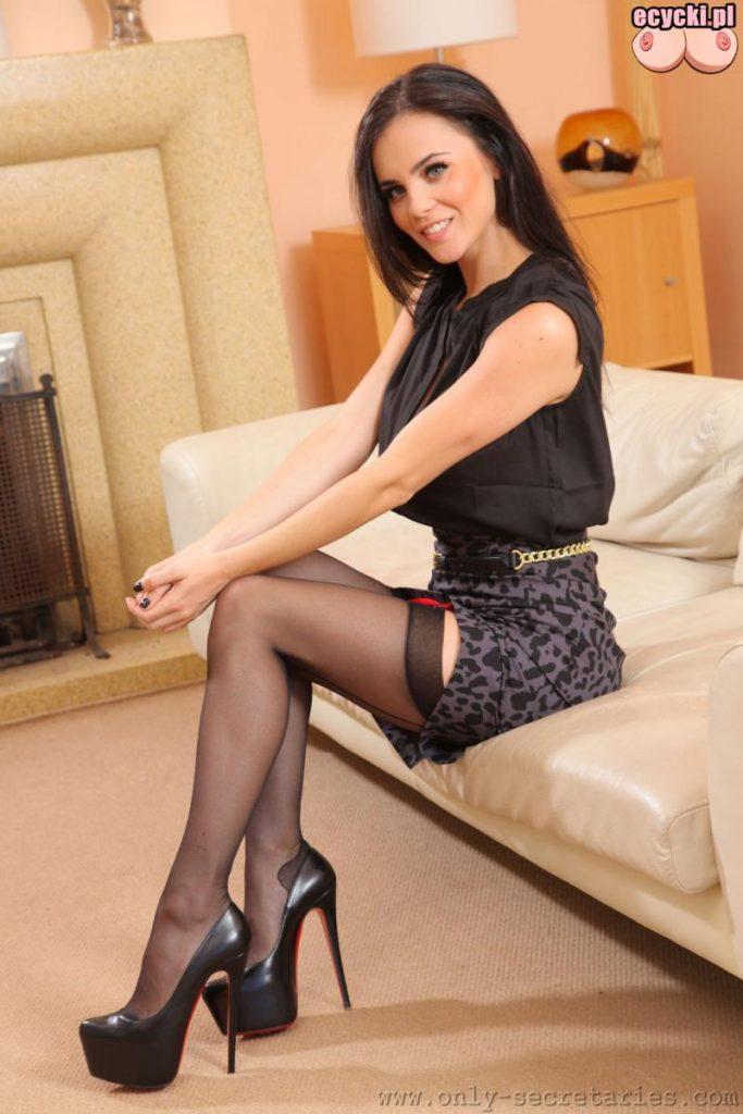 2. dlugie zgrabne nogi - piekna brunetka - nozki w ponczochach - czarne seksi ponczochy