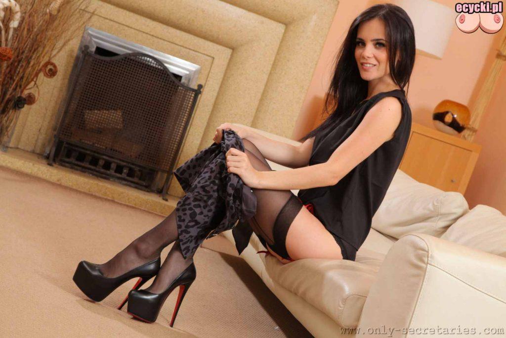 6. seksowna brunetka sciaga spodnice - fajna laska rozbiera sie - striptiz - dziewczyna sciaga ciuszki