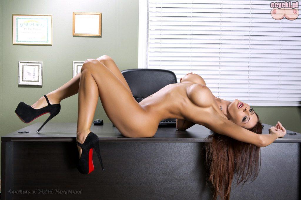 10. Madison Ivy nago - szczupa dziewczyna z duzymi piersiami rozklda sie naga na biurku - sexy sekretarka nagie zdjecie w biurze